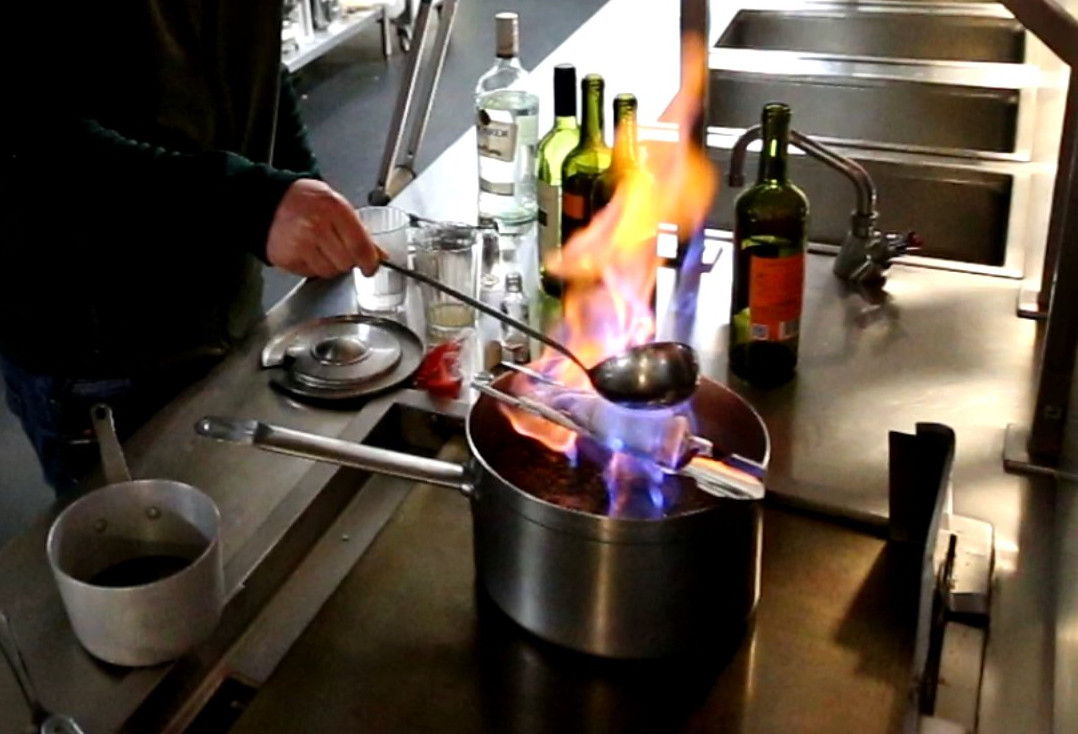 German mulled wine <em>Feuerzangenbowle</em>